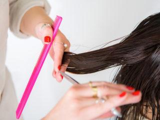 長い髪をバッサリカットすると運気アップ