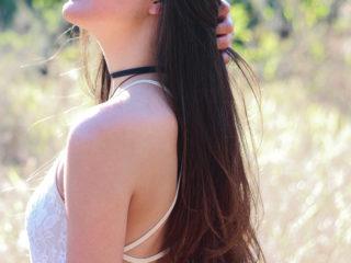 水をはじく髪の女性