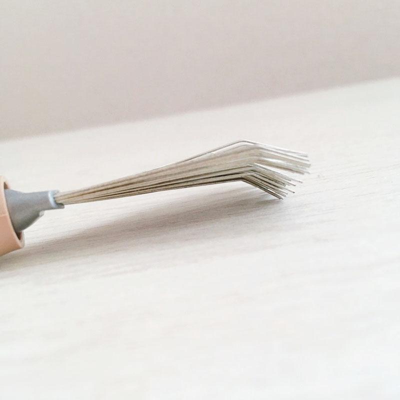 ヘアブラシのほこりを掃除するクリーナー