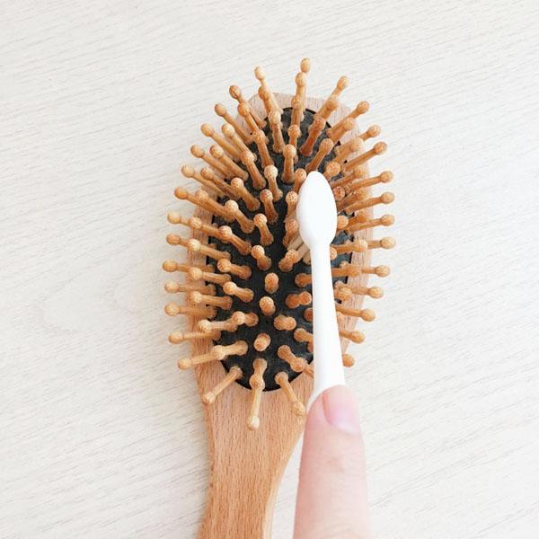 歯ブラシでヘアブラシのほこりを掃除