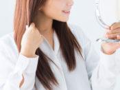 髪が一ヶ月でどれくらい伸びるかチェックしている女性