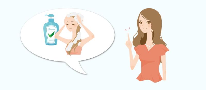 シャンプーの回数を減らすメリットを説明する女性